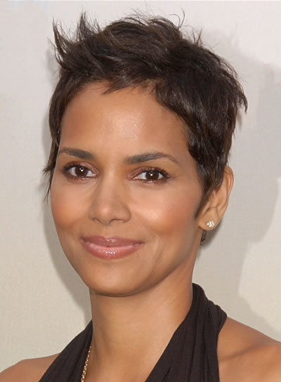 Halle Berry Short, Straight Hairstyle for Oval Faces
