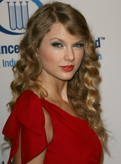 Taylor Swift Long, Wavy, Blonde Hairstyle